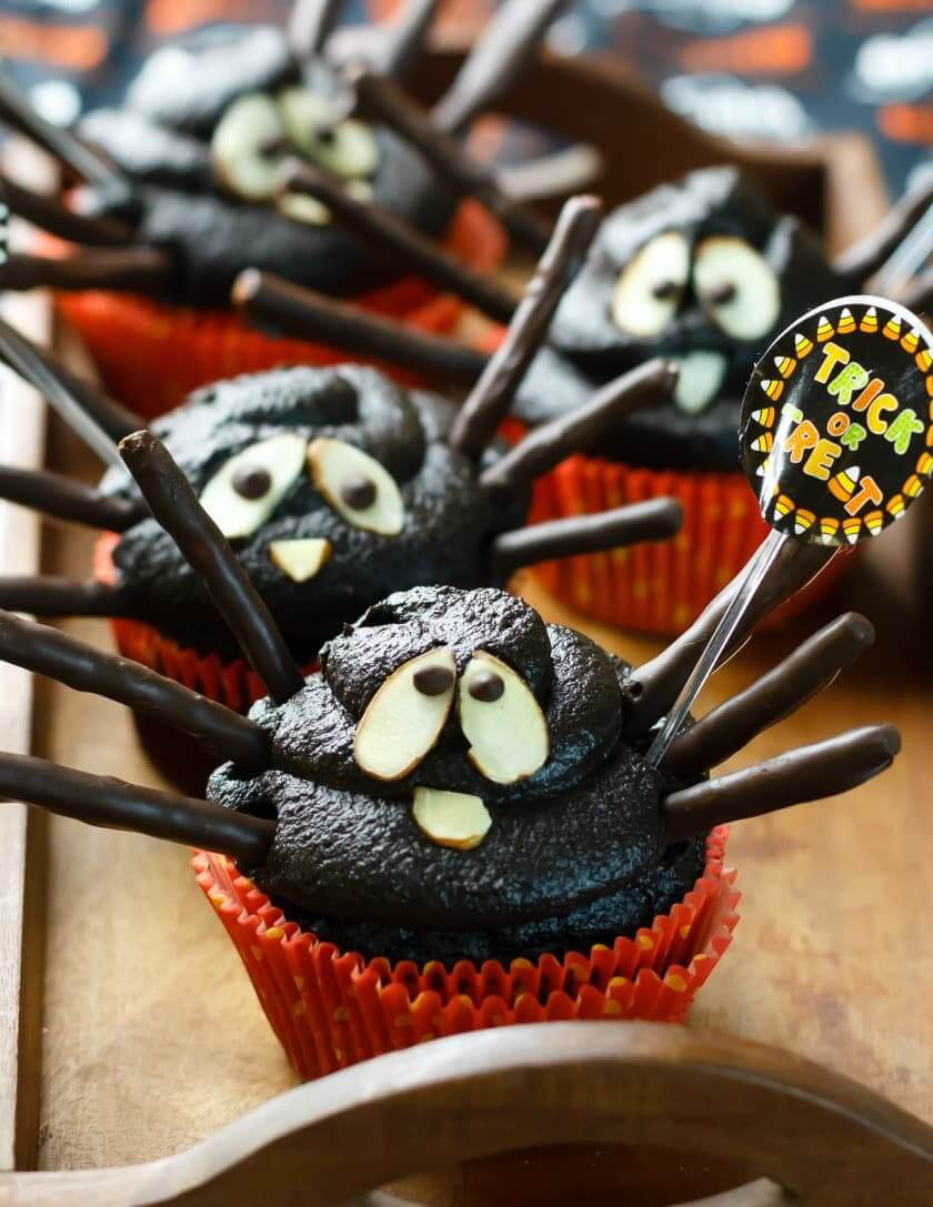 Vegan Halloween Spider Cupcakes // Vegan Halloween Treats, Snacks, Recipes