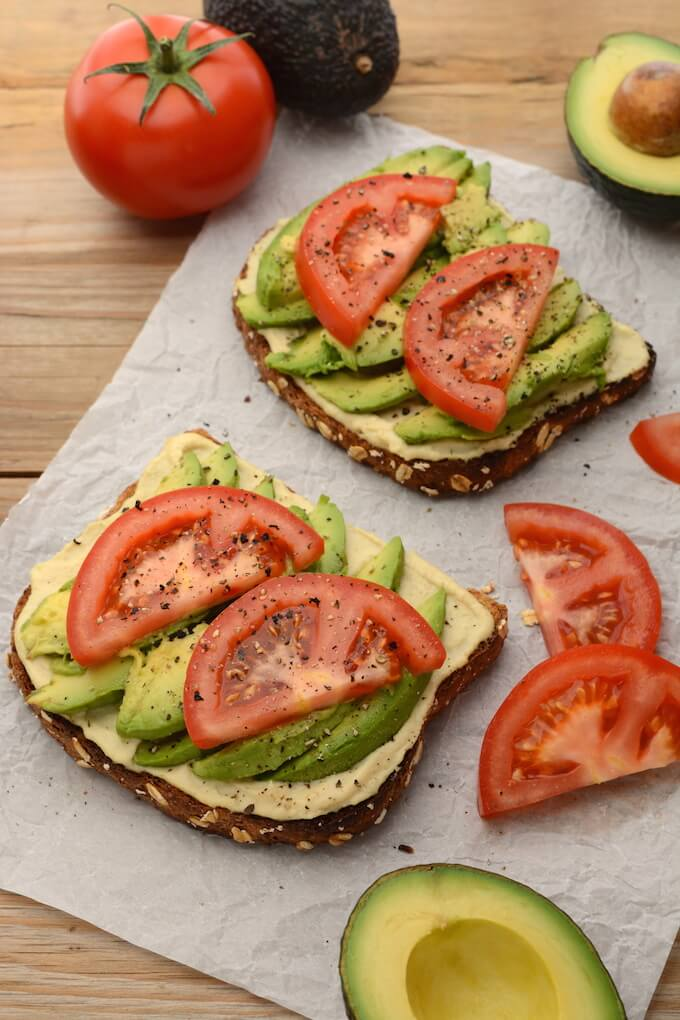 Vegan Hummus and Avocado Toast // Hummus and avocado, the two ultimate vegan ingredients. Super easy to make, but all the more delicious. | The Green Loot #vegan #lunch