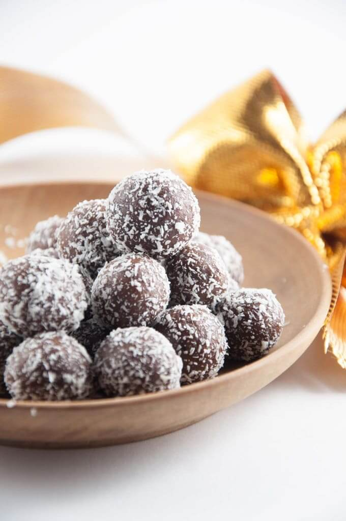 Vegan No-Bake Marzipan Rum Balls (gluten-free) // A little boozy sweet to celebrate? These rum balls are an exqusite finger food. It's hard to resist coming back and back to them. | The Green Loot #vegan #Christmas