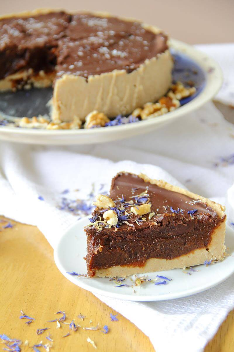 Vegan No-Bake Millionaire's Shortbread Pie // We bet you didn't think about making a shortbread into a pie. Well, this recipe is so good you will never look at shortbread the same way. | The Green Loot #vegan #Christmas