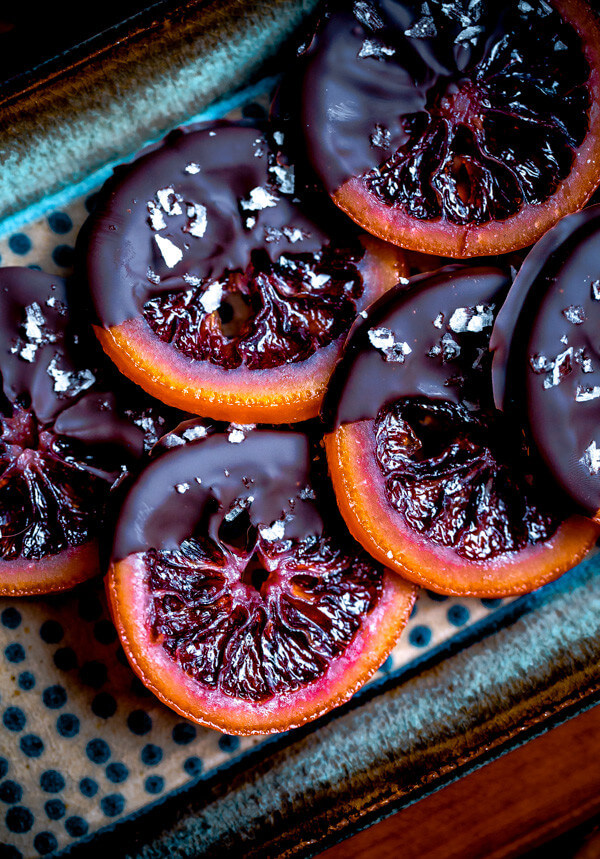 Vegan Candied Blood Orange Slices with Dark Chocolate // Who's to say you can't eat healthy during Christmas? These candied orange slices are the perfect choice if you don't wanna pack on the pounds. | The Green Loot #vegan #Christmas