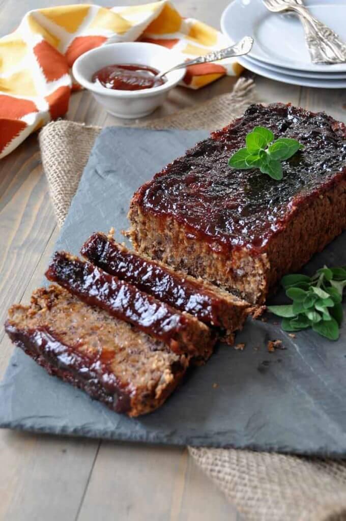 Vegan Smoky Southern-Style Meatless Meatloaf // Vegan Thanksgiving Dinner Recipes (Main Dish+Sides) | The Green Loot #vegan #Thanksgiving