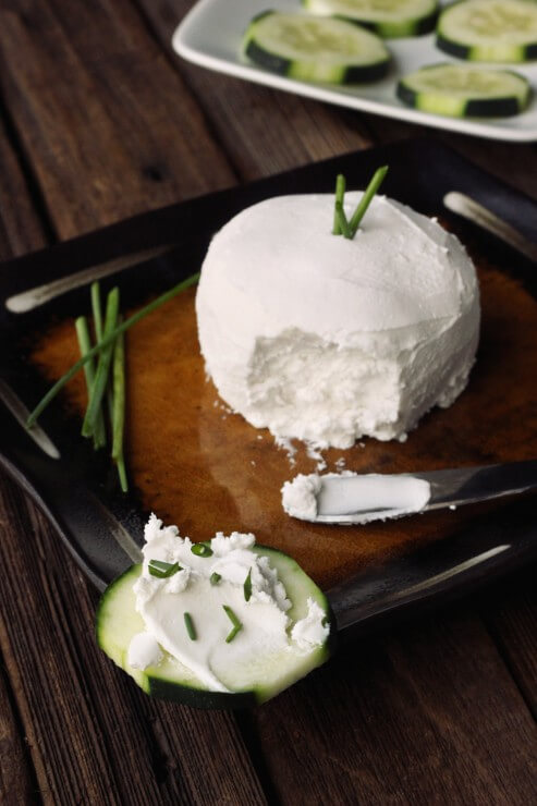 Vegan Nut-free Cultured Coconut Cream Cheese // If you are allergic to nuts or just don't like them, you can make this delicious coconut cheese recipe. It's just as tasty as the nut-based ones. | The Green Loot #vegan #dairyfree
