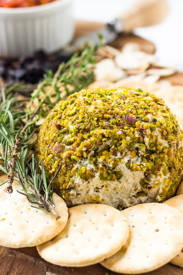 Vegan Pistachio-Crusted Cheese Ball // Pistachios don't get half of the spot light they deserve. It is such a versatile nut with a superb flavor and other properties that for example make it great with cheese. | The Green Loot #vegan #dairyfree