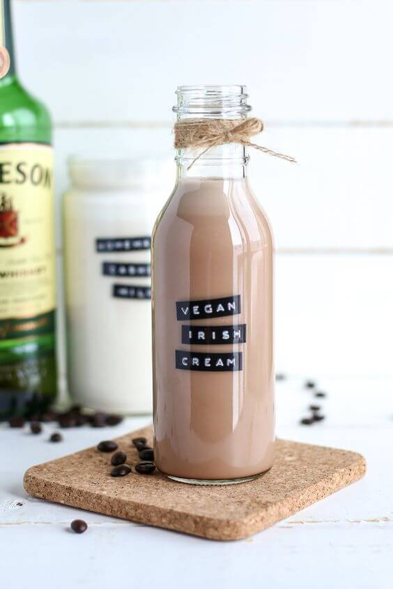 Vegan Homemade Baileys // Having a hard time finding a good vegan substitute for Baileys? Worry no more. This recipe makes a mellow and silky, truly divine Irish cream. | The Green Loot #vegan #Christmas