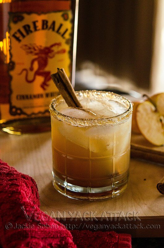 Vegan Apple Pie on the Rocks // Boozy and drinkable apple pie? That's right. An exquisite and sophisticated taste for not just apple pie lovers. | The Green Loot #vegan #Christmas