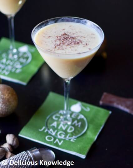 Vegan Eggnog Martini // If you like Martini or eggnog, this recipe is a must try. Creamy, unique and divine. | The Green Loot #vegan #Christmas