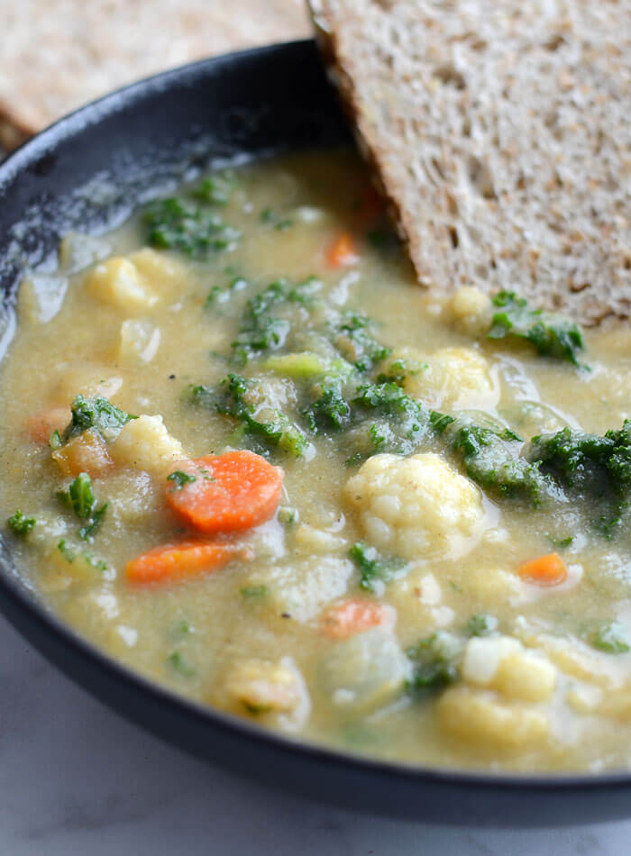 Vegan Kale and Cauliflower Soup // | The Green Loot #vegan #cleaneating #weightloss