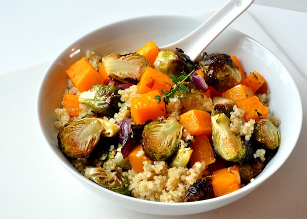 Vegan Warm Quinoa Roasted Veggie Salad // Yay for warm salads! This delicious recipe combines cozy with healthy and it will just brighten you day. | The Green Loot #vegan #cleaneating #weightloss