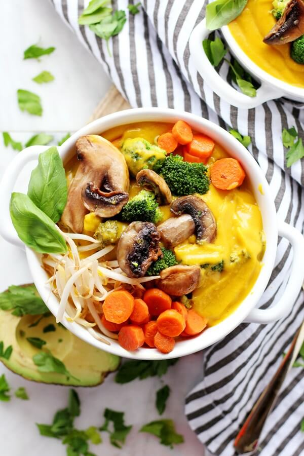 Vegan Creamy Butternut Squash Soup // The ultimate healthy comfort food of Winter. A bright yellow creamy heaven that is packed with veggies. This soup will slim you down without you even noticing. | The Green Loot #vegan #cleaneating #weightloss