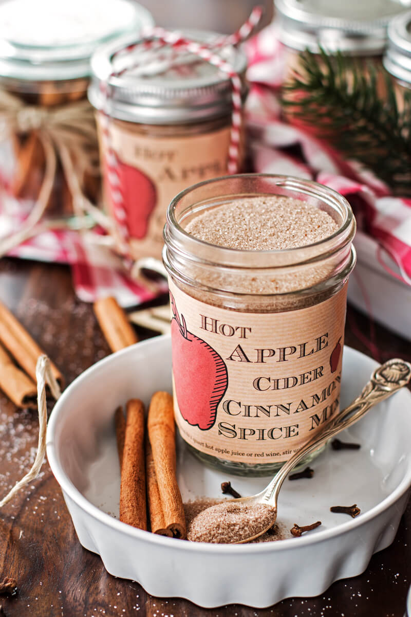 Vegan Hot Apple Cider Cinnamon Spice Mix // Ciders are the perfect drink from September until March. What's really needed for them is chilly weather and nothing else. A tasty and universal gift. | The Green Loot #vegan #christmas