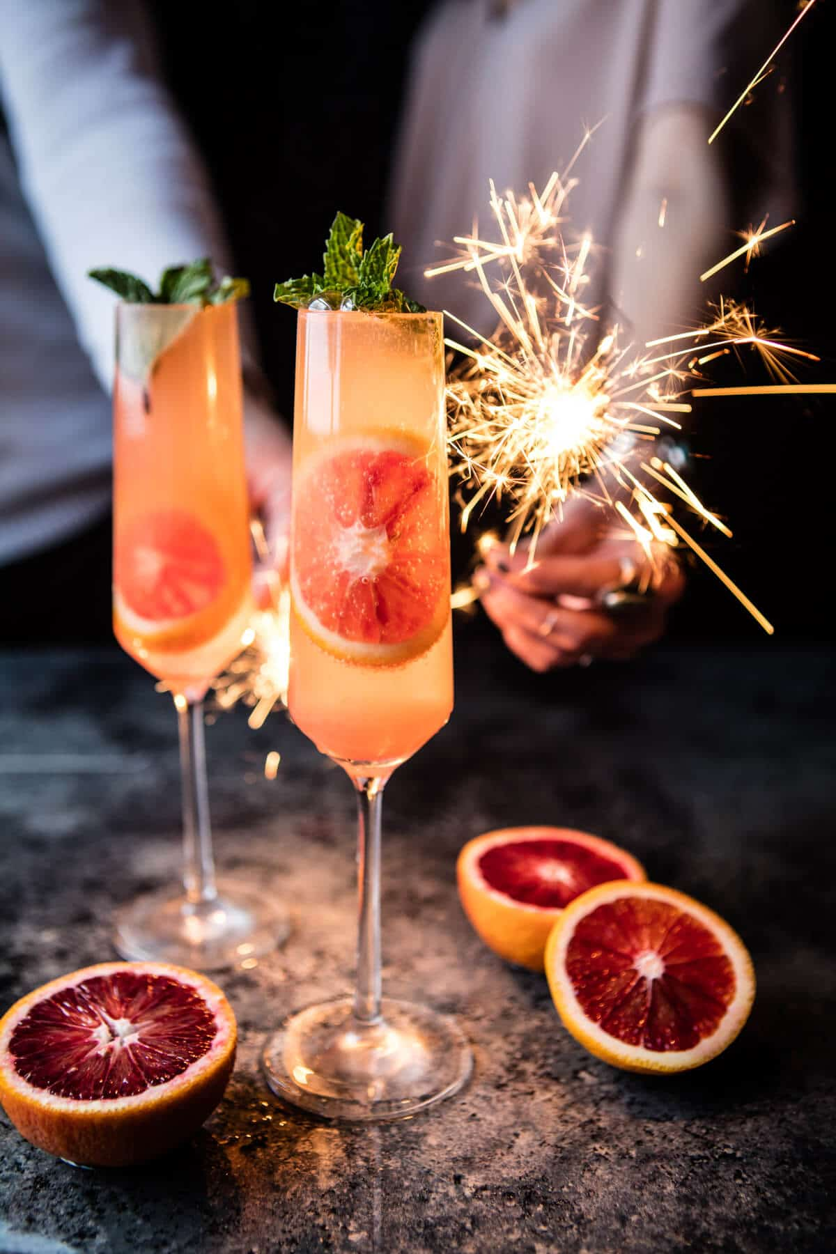 Vegan Blood Orange Champagne Mule // This delicious champagne mule is the perfect New Year's Eve drink you can come up with. The wonderful taste is complemented by the decorative slices of blood orange, creating a truly festive experience. | The Green Loot #vegan #partyideas