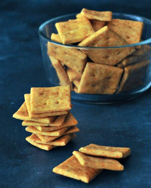 """Vegan """"Cheesy"""" Crackers // Why buy vegan cheese crackers when you can just make them at home? It's cheaper and much more fun! Also, these snacks are ridiculously easy to make, so you can involve the little ones too. 