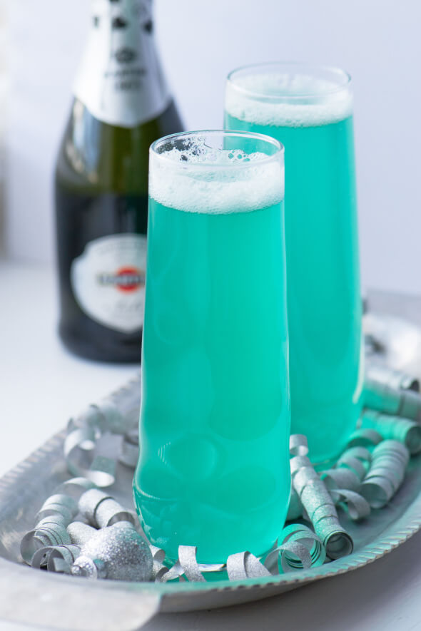 Vegan Turquoise Champagne Sip // Bubbly fun in bright blue Winter colors. You can make it for adults or easily for children as well. We bet everyone will love this brilliant drink. | The Green Loot #vegan #partyideas