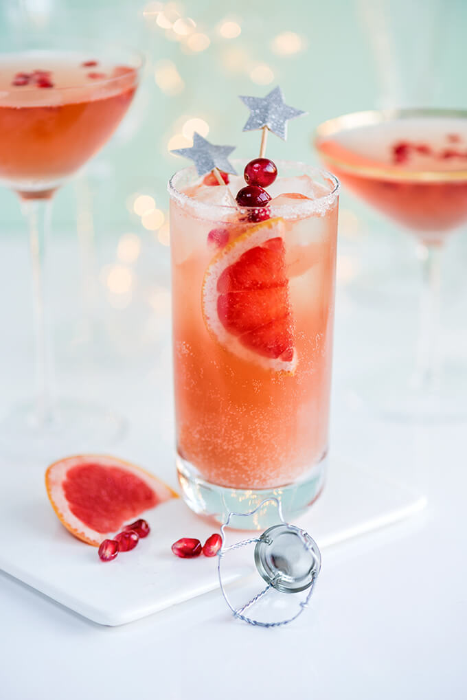 Vegan Sparkling Tequila (Paloma) // Tequila might not be the number 1 choice for NYE, but it's still a very good choice. Add cranberries and little sparkly decorations for a wonderful festive drink. | The Green Loot #vegan #partyideas
