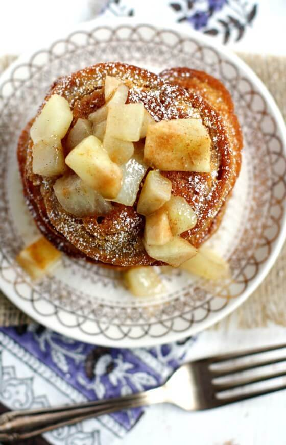 Vegan Gingerbread Pancakes with Pear Sauce // The thought of warm pear sauce drizzled on a warm batch of pancakes makes our hearts happy, but our tummies even happier. | The Green Loot #vegan #healthy
