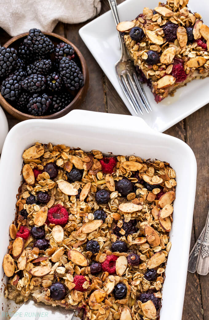 Vegan Cinnamon Apple Berry Baked Oatmeal // If you are bored of the classic breakfast oatmeal, try a baked version instead. The crunchiness gives this dish an extra fun factor. | The Green Loot #vegan #healthy