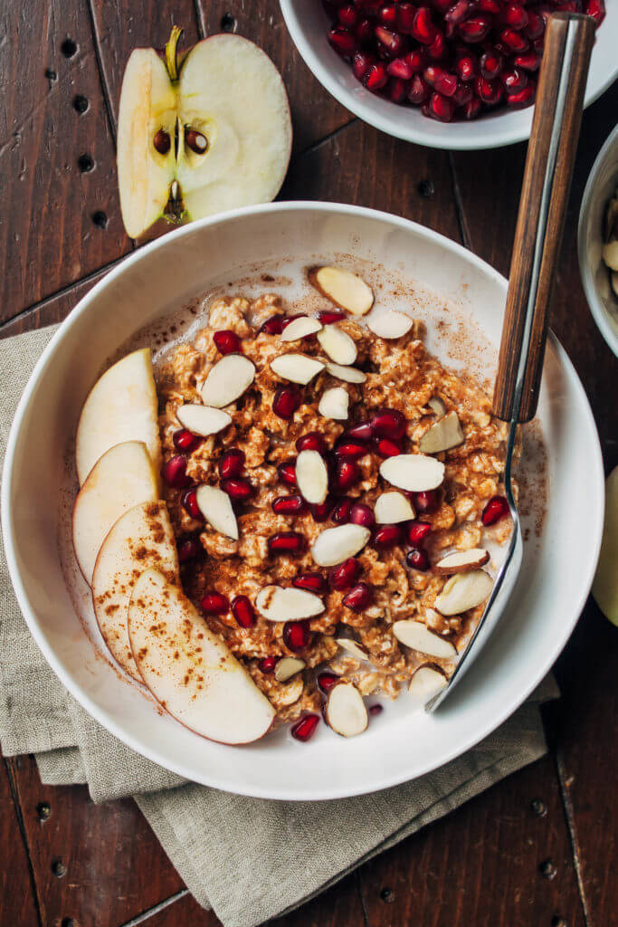 Vegan Pumpkin Apple Overnight Oats // An incredibly simple, yet delicious breakfast, that is tailored to the cold season by adding pumpkin and delicious sweet apples. | The Green Loot #vegan #healthy