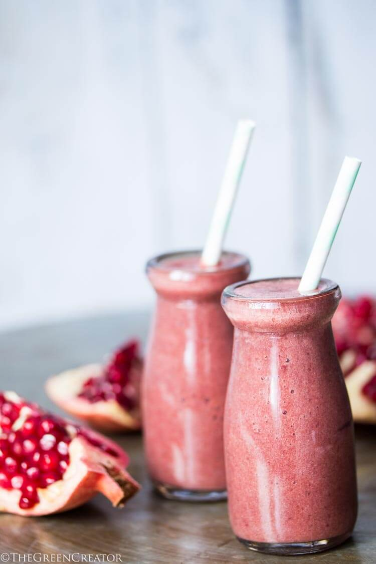 Vegan Pomegranate Smoothie // Pomegranates are not just delicious and fun, but mostly crazy healthy. They contain a huge amount of antioxidants that are crucial to optimal health and well-being. | The Green Loot #vegan #healthy