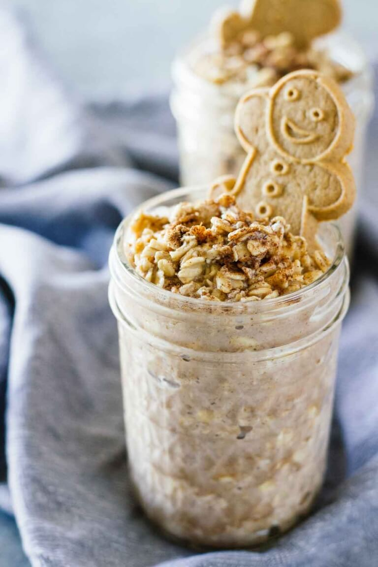 Vegan Gingerbread Cookie Overnight Oats // This overnight oats recipe is optimal if you have kids and you are having a hard time getting them to eat healthy. The sweet gingerbread taste will surely win them over. You can even sneak some berries in it. | The Green Loot #vegan #healthy
