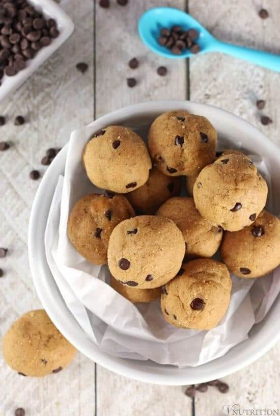 Vegan Cookie Dough Protein Balls // Don't know what to eat after a workout, that's easy to make but filled with protein? How about these sweet cookie dough bites? | The Green Loot #vegan #cleaneating #weightloss