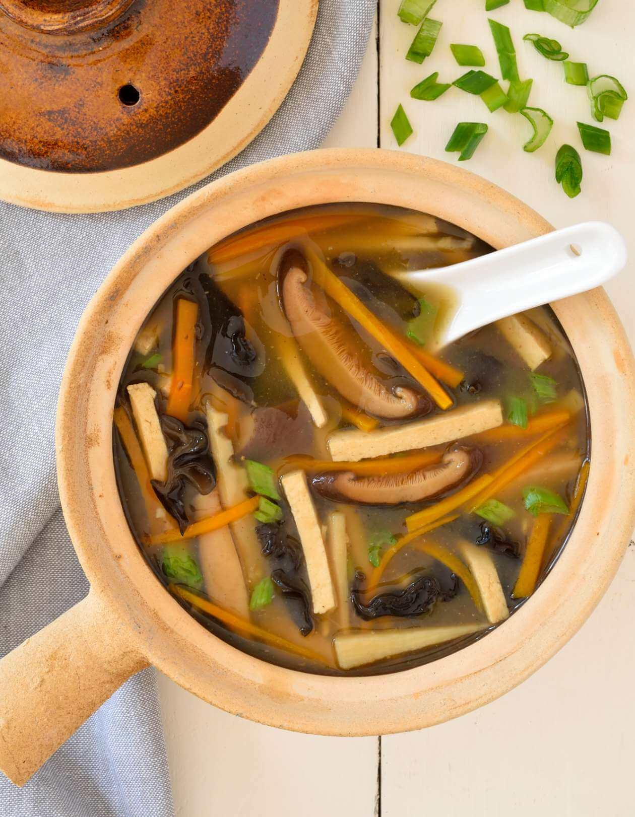 Vegan Hot and Sour Soup // Are you missing Chinese junk fast food during your clean eating diet? Then make this soup and watch the cravings disappear. | The Green Loot #vegan #cleaneating #weightloss