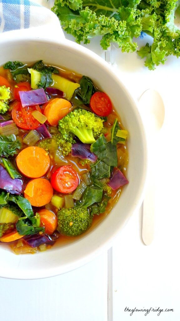 Vegan Cleansing Detox Soup // Flush your body of harmful toxins and fat with this healthy rainbow soup. | The Green Loot #vegan #cleaneating #weightloss