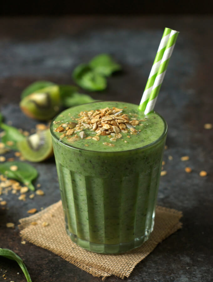 Vegan Spinach Kiwi Smoothie // Did you know that kiwi has an even higher Vitamin C content than oranges? Yep! This green smoothie is filled with the best ingredients to make your skin glow and slim you down. | The Green Loot #vegan #cleaneating #weightloss