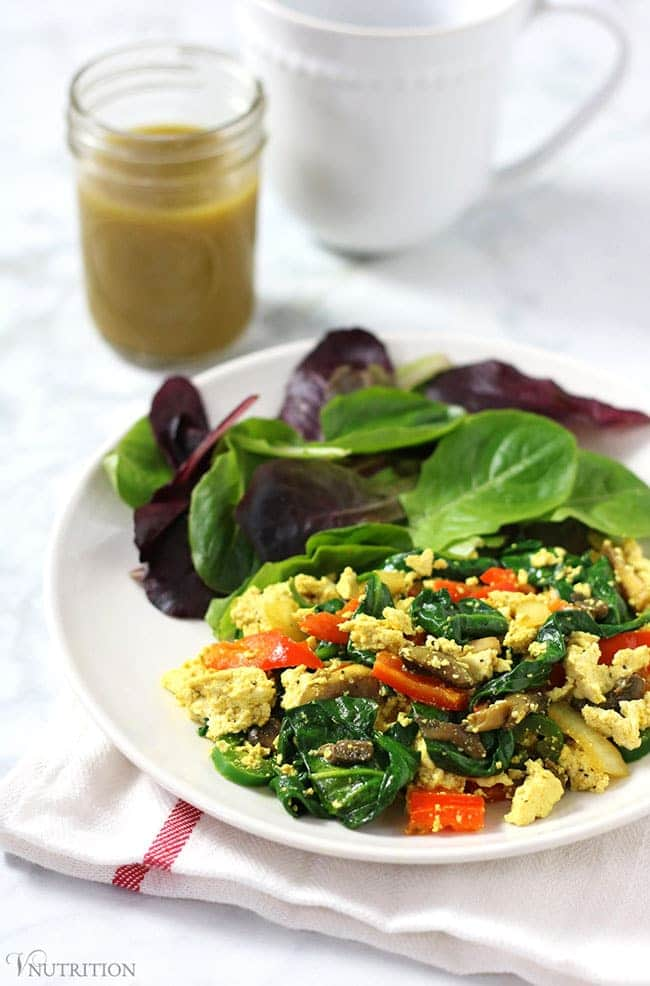 Vegan Tofu Scramble // If you prefer savory breakfasts, this tofu scramble might be your best healthy choice. Full of protein and healthy veggies, it is a delicious meal for even dinner. | The Green Loot #vegan #cleaneating #weightloss