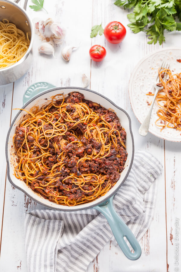 Vegan Mushroom Bolognese // Bolognese is probably one of the best pasta sauces. Although, it can be a bit tricky to substitute any non-vegan ingredients in it. Luckily, mushroom does the job perfectly. | The Green Loot #vegan #mushroom