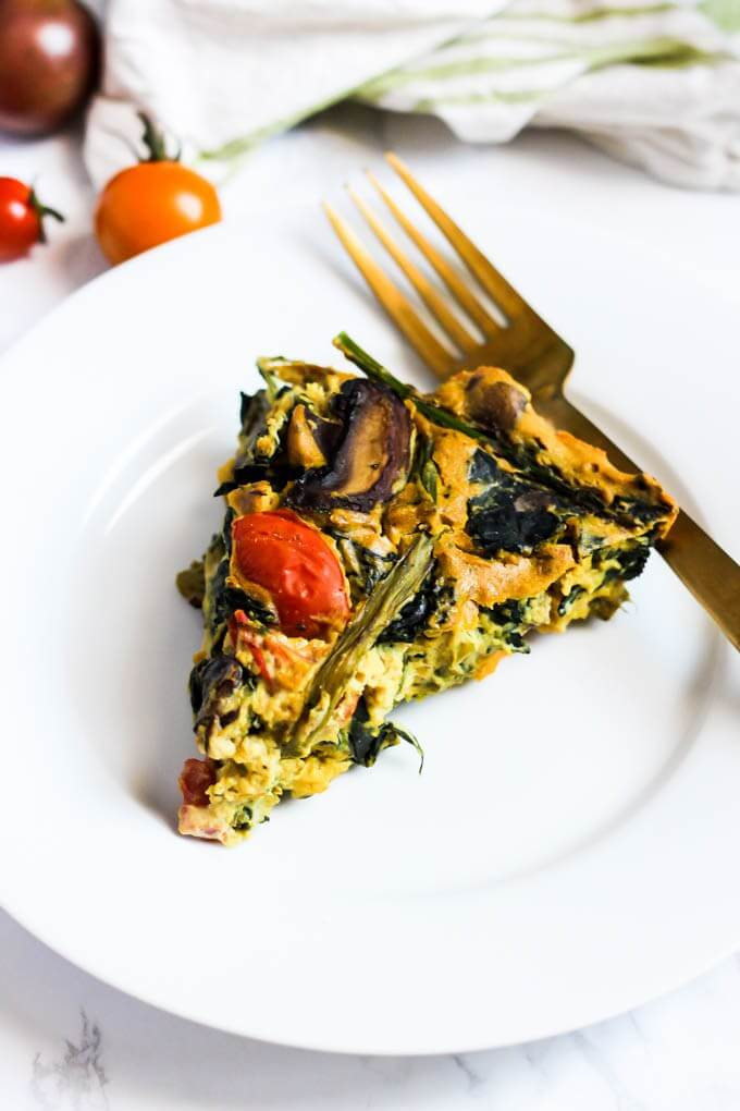 Vegan Asparagus Mushroom Quiche // Quiche is ideal for breakfast, if you like savory, filling meals in the morning. | The Green Loot #vegan #mushroom