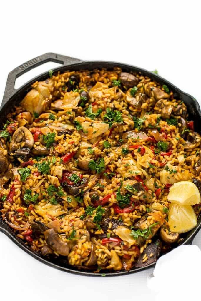 Vegan Mushroom Paella // Paella is great because you can pack a ridiculous amount of healthy and tasty ingredients in it without oversaturating your taste buds. Works perfectly as work lunch. | The Green Loot #vegan #mushroom