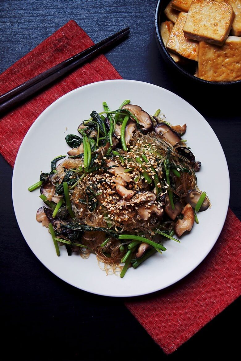 Vegan Sesame Shiitake Noodles Stir-Fry // Must-try even if you are not a fan of Asian flavors and ingredients. | The Green Loot #vegan #mushroom