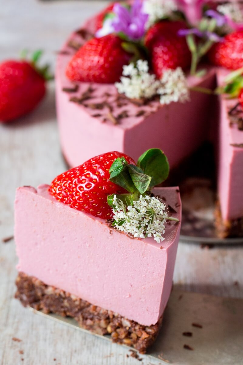 Vegan Strawberry Cheesecake (Oil-free) // A hearty and impressive strawberry cake that you will just want to keep eating. | The Green Loot #vegan #ValentinesDay