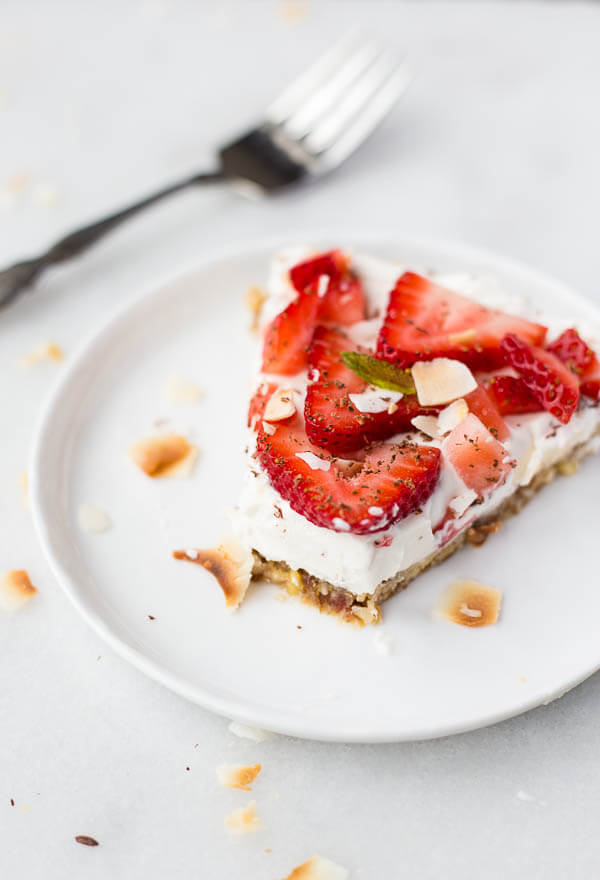 Vegan Strawberry Coconut Cream Pie // Not an experienced chef or just hate spending time in the kitchen? Don't worry. This pie is ridiculously easy to put together without compromising on the tastiness. | The Green Loot #vegan #ValentinesDay