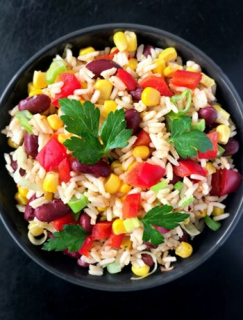 An easy vegan Mexican Rice Salad recipe, that you can make in 20 minutes. Full of flavours and healthy ingredients!   The Green Loot #vegan