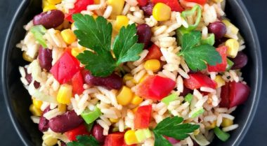 An easy vegan Mexican Rice Salad recipe, that you can make in 20 minutes. Full of flavours and healthy ingredients! | The Green Loot #vegan