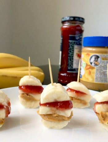 These vegan Peanut Butter Jam Banana Bites are the healthiest snacks ever. Clean eating, kid-friendly and ready in 2 minutes! Yumm! | The Green Loot #vegan