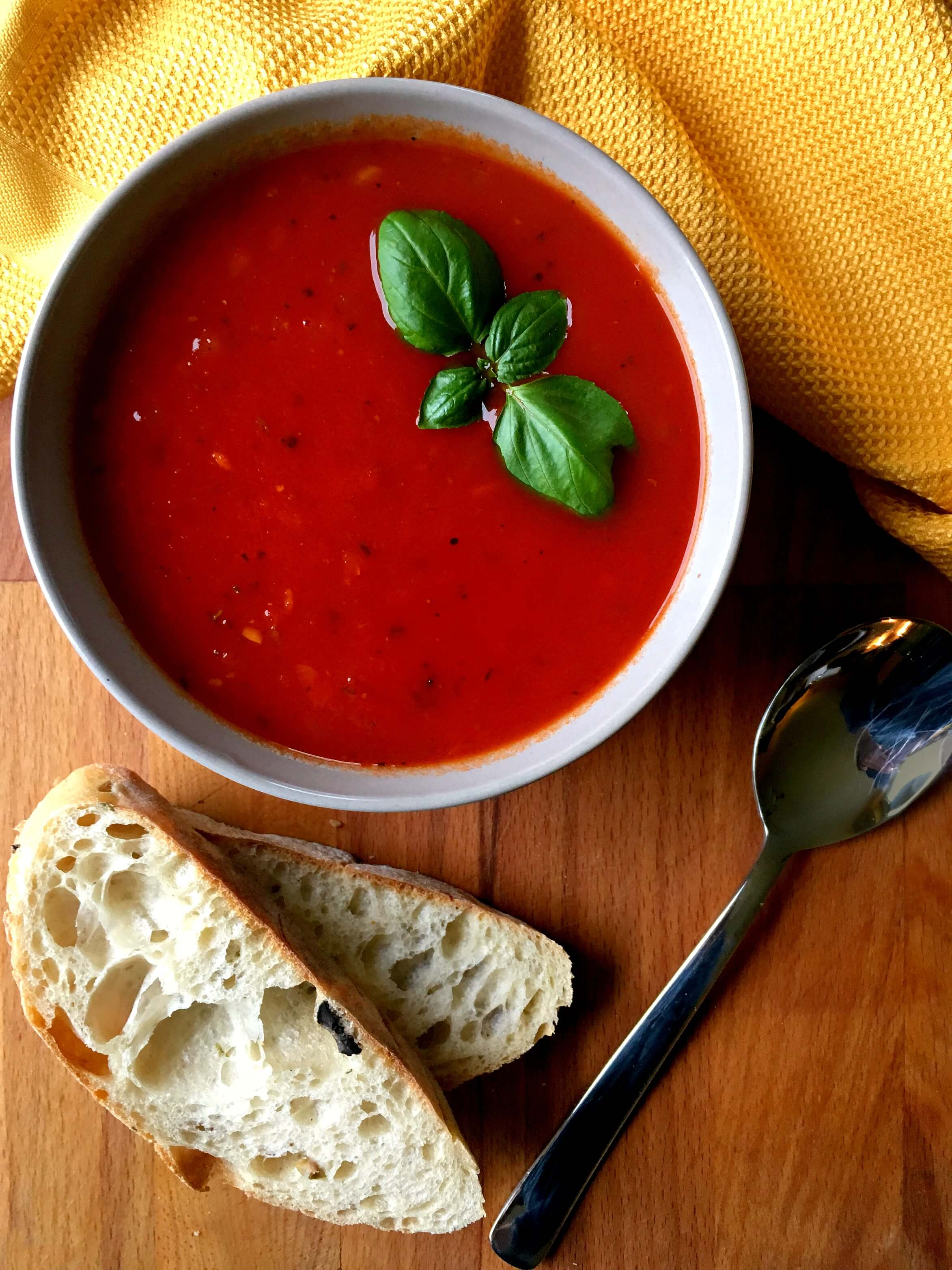 This vegan and dairy-free Tomato Basil Soup recipe is a creamy and super easy to make, hearty dinner. Perfect for weight loss and clean eating. | The Green Loot #vegan