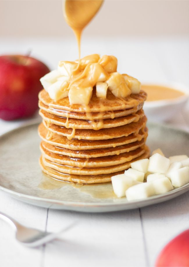 These Vegan Apple and Oat Pancakes are the perfect healthy, sweet breakfast. Made with oat flour, it's clean eating and plant-based so it fits in your weight loss diet. Drizzle salted caramel sauce on it for an extra flavor punch! | The Green Loot #vegan #veganrecipes #plantbased