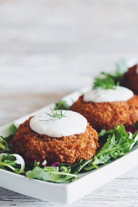Vegan Crabless Cakes with Tartar Sauce // | The Green Loot #vegan #seafood