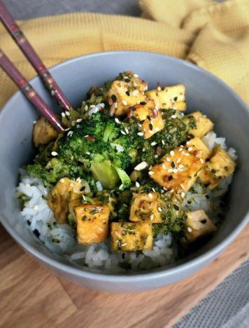 Vegan Soy Sauce Tofu Broccoli Bowl with Sesame Seeds and Ginger - a flavorful, easy, cheap, high protein Asian dinner that is perfect for meal prep. You can make it in less than 45 minutes, too! | The Green Loot #vegan