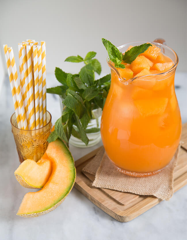 Vegan Cantaloupe Agua Fresca // The thought of ice cold melon juice on a scorching summer eve, makes me really happy. Melons have a really high water content, so they are perfect for juicing. | The Green Loot #vegan #summer
