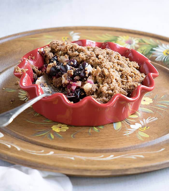 Vegan Blueberry Apple Crumble // | The Green Loot #vegan
