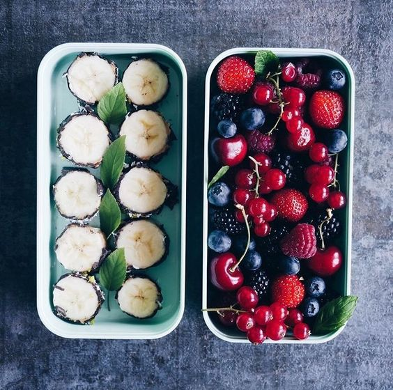 Vegan Chocolate Banana Sushi and Berries | The Green Loot #vegan #bento
