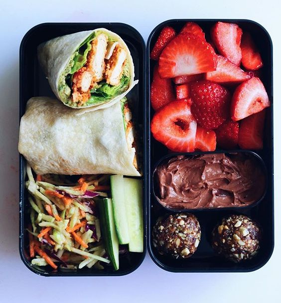 Vegan Pesto Chik'un Wrap with Strawberries and Chocolate Cheesecake Dip | The Green Loot #vegan #bento
