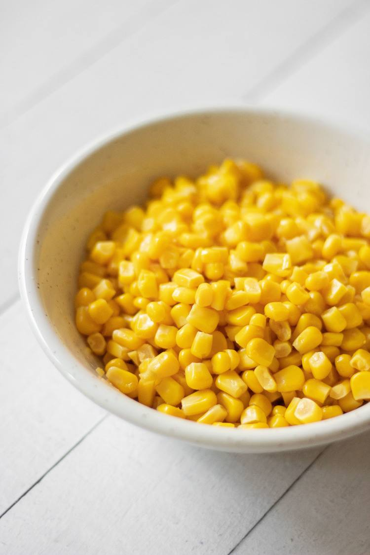 fresh corn in a bowl