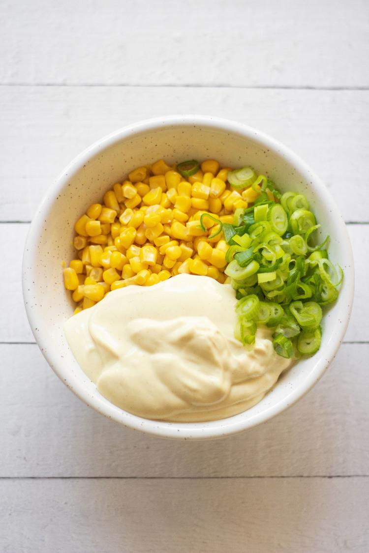 This Vegan Creamy Corn Salad is the perfect quick Summer side dish. A super easy but flavorful meal. | The Green Loot #vegan #veganrecipes #dairyfree #eggfree #Summer