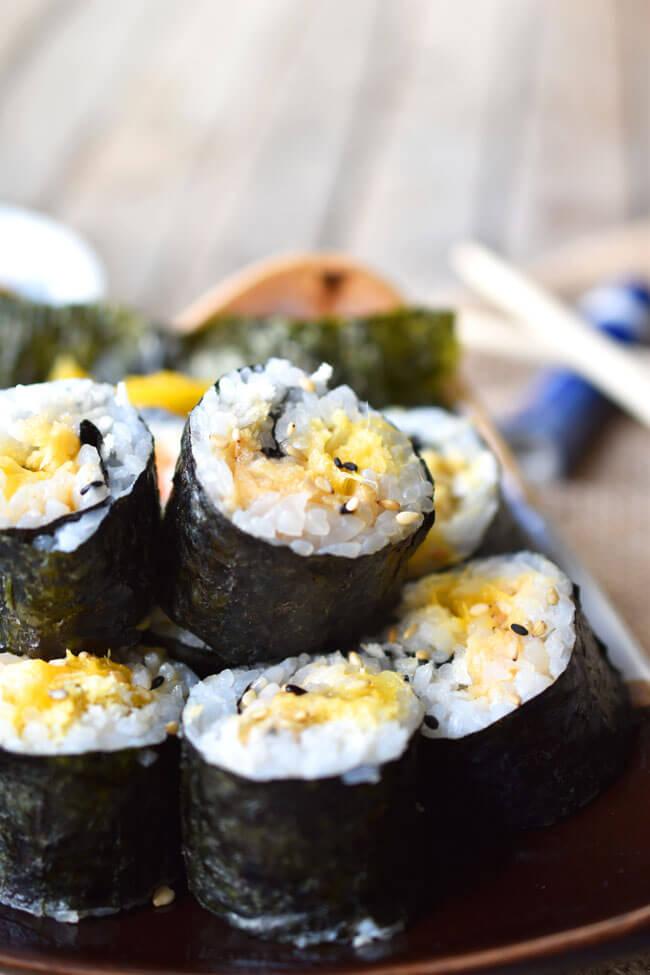 Vegan Spicy Crunchy Mango Sushi Rolls | #vegan #sushi