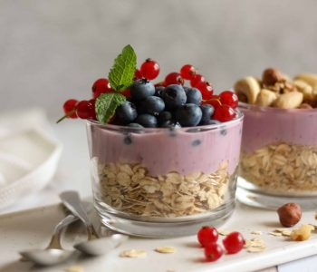 Granola Yogurt Breakfast Trifle Recipe - a vegan, high-protein breakfast that's quick, healthy and filling. 5 minutes in the morning to eat? Make this yummy meal! | The Green Loot #vegan